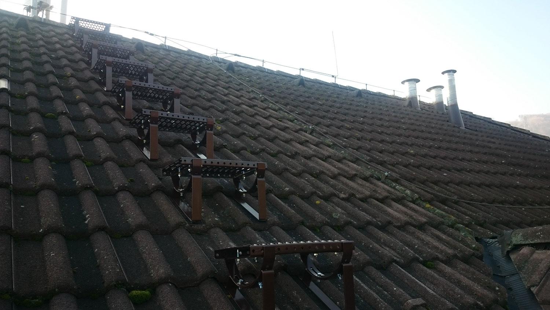 - výškové práce - montáž a oprava klampiarskych prvkov - čistenie odkvapových žľabov - náter strechy | výškové práce